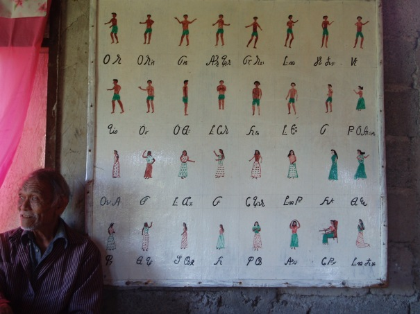 Chief Juan Datahan (†) in front of a chart showing Eskayan ancestors labelled in the Eskayan script.